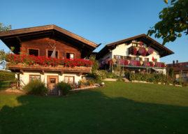 Unser Holzhaus und unser Haupthaus am frühen Morgen